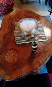 Table basse, set en tige de canne, pot à crayon en bambou et bougie